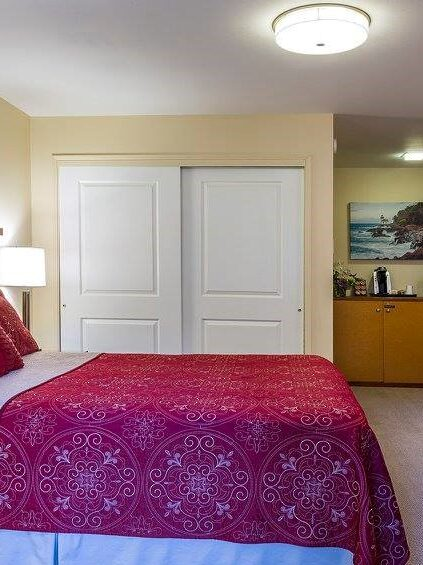 Deluxe Queen Room at the Discovery Inn